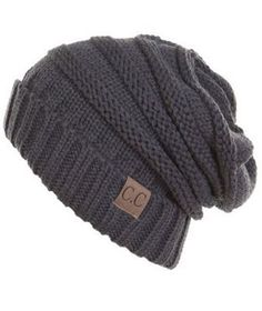 Es un gorro gris. Mayoría de las veces, gorros están hechos de lana y vienen en color negro o gris como este. Los tengo para vestimenta casual son en los colores marrón y luz verde.