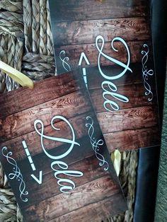 Plaquinhas  Estas são para as cadeiras dos noivos!!  Personalizamos frases, memes, nomes...    Produzida em PS um derivado do PVC 0,50mm.  Tamanho: aproximadamente 20x29cm cada placa.    * vai furada com fita de cetim para amarrar na cadeira.  .
