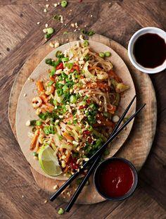 Rapeiden nuudeleiden salaisuus on paistaa ne todella kuumalla pannulla. Raw Food Recipes, Veggie Recipes, Lunch Recipes, Wine Recipes, Asian Recipes, Healthy Recipes, Ethnic Recipes, Healthy Food, Salty Foods