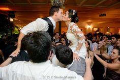 Casamento. Casa das Canoas. Pista de dança muito animada. Noiva e noivo.