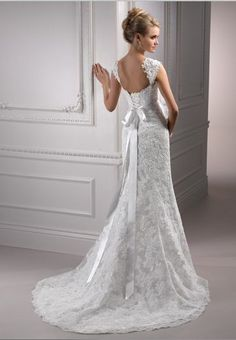 very beautiful lace gown. probably extreamly expensive.. darrn.