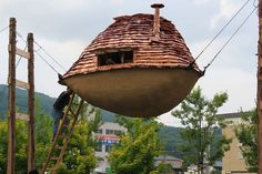 Flying Mud Boat, a tea house that seems to hover in mid-air, is another surreal creation by Japanese architect Terunobu Fujimori (images by Kazumasa Onishi). Japanese Tea House, Japanese Tree, Japanese Gardens, Japanese Architecture, Architecture Design, Amazing Architecture, Mud Boats, Crazy Houses, Tiny Houses
