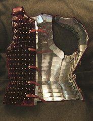 A brilhantina era usada no vestuário militar, tinha como principal característica a separação do vestuário feminino e masculino. Transmitia valores de bravura e valentia. Brigantina foi a inspiração para o aparecimento do gibão no fim da Idade Média.