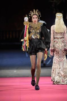 See all the Collection photos from Dolce & Gabbana - Alta Moda Autumn/Winter 2020 Pre-Fall now on British Vogue Style Couture, Haute Couture Fashion, Vogue Paris, Dolce And Gabbana 2016, Fashion Art, Fashion Show, Luxury Fashion, Dark Beauty Magazine, 2020 Fashion Trends