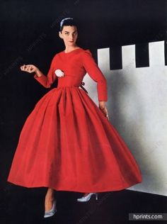 red evening cocktail dress full skirt long sleeves Couture Allure Vintage Fashion: How to Wear Red - 1955 Balenciaga 1950 Style, Fifties Fashion, Retro Fashion, Vintage Fashion, Vintage Gowns, Vintage Outfits, Glamour Vintage, Balenciaga Dress, Balenciaga Vintage