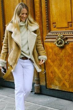 """Velocite"", la cazadora de piel vuelta más deseada   Fashion Assistance Cute Fashion, Look Fashion, Fashion Show, Fashion Design, Casual Chic, Winter Fashion Looks, Fuzzy Coat, Basic Outfits, White Jeans"