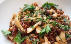 Roter Camargue Reis mit Pilzen