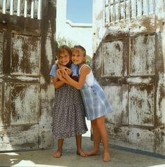 Ashley and Mary-Kate Ashley Mary Kate Olsen, Ashley Olsen, Olsen Twins Style, Barefoot Girls, Kawaii, Kate Bosworth, Twin Girls, 2000s Fashion, Victoria Dress