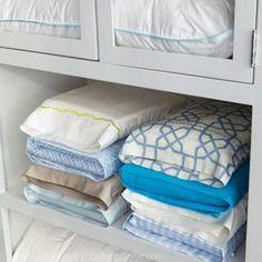 Yorgan örtülerini ve çarşaflarınızı bir yastık kılıfı içerisinde saklayabilirsiniz