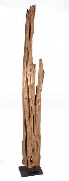 Diese aussergwöhnliche Skulptur aus Treibholz steht auf einem matt silberfarbenem Fuß.  Jede Skulptur ist ein Unikat.  B/H/T: ca. 22 x 200 x 22 cm.