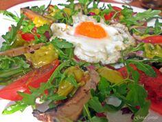 Gosia gotuje...: Sałatka wiosenna z rucolą, pieczarkami i sadzonym ...