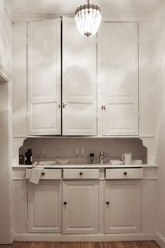 Classic butler's pantry with white cabinets My Living Room, Interior Design Living Room, Interior Decorating, Kitchen Cabinetry, Kitchen Doors, Stockholm, Old Kitchen, Modern Farmhouse Kitchens, Scandinavian Home
