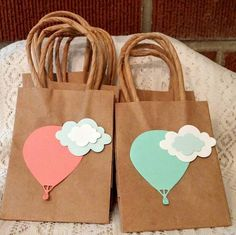 by ParentStreetBoutique Hot air balloon mini favor/gift bags. by ParentStreetBoutique Paper Gift Bags, Paper Gifts, Baby Shower Party Favors, Baby Shower Parties, Mini Kraft, Decorated Gift Bags, Creative Gift Wrapping, Baby Shower Balloons, Party Bags
