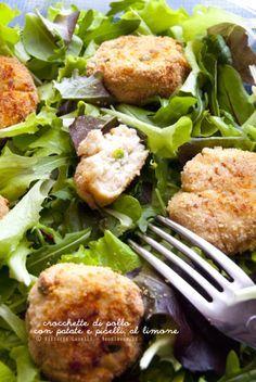Crocchette di pollo al forno con patate e piselli, al limone e insalata mista: Una ricetta leggera e molto fresca, perfetta come piatto unico! La ricetta la trovate su http://noodloves.it/crocchette-di-pollo-patate-piselli/ #Crocchette #Pollo #Forno #Patate #Piselli #Insalata #Limone #Light #Dieta #PiattoUnico