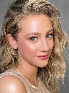 Lili Reinhart natural makeup by Patrick Ta Lili Reinhart natural makeup by Patrick Ta Glowy skin with minimalist makeup and lip gloss, natural pink blush and highlighter. I loved this look! Beauty Makeup, Hair Makeup, Hair Beauty, Eyeshadow Makeup, Glitter Makeup, Drugstore Makeup, Beauty Room, Covergirl, Beauty Trends