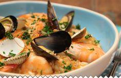 """Un Risotto aux fruits de mer, une recette simple mais qui demande de l'attention. Le risotto est une plat dont le riz, un riz italien spécial à risotto, est cuit avec un bouillon. Ici c'est une recette aux fruits de mer. On cuit d'abord les fruits de mer dont on récupérera l'eau de bouillon. C'est ce bouillon qui """"nourrira"""" le riz... la recette  : http://www.jaime-jardiner.com/risotto-aux-fruits-de-mer/"""
