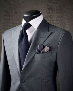 SIMPLE SOPHISTICATION Sometimes the best way to make a statement is to avoid overthinking your look. Sticking to a fantastic combination like this KING & BAY Slate Grey Sharkskin Suit paired with a crisp white shirt and midnight navy garza textured tie en Sharp Dressed Man, Well Dressed Men, Mens Fashion Suits, Mens Suits, Sharkskin Suit, Grey Suit Men, Grey Suit White Shirt, Light Grey Suits, Charcoal Suit