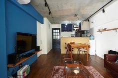 ブルーのアクセントウォールが印象的なリビング Wall Colors, Building Design, Conference Room, Interior Design, Table, Image, Furniture, Home Decor, Nest Design