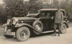 De Graham-Paige van dokter Sinninghe Damsté, gefotografeerd in 1931. Naast de auto de heer Ykema, particulier chauffeur van de dokter.