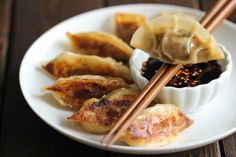 Courtesy of: Damn Delicious.Homemade Potstickers are easier to make than you think, and they taste better than the store-bought ones! Best Appetizer Recipes, Best Appetizers, Lunch Recipes, Dinner Recipes, Gyoza, Potstickers Pork, Wontons, Air Fryer Recipes, Gastronomia