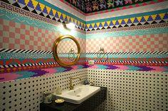 The Walled Off Hotel - Banksy - banheiro