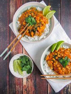 Vegan curry met kokos, zoete aardappel, kikkererwten en spinazie – Simply VeganS… Vegan curry with coconut, sweet potato, chickpeas and spinach – Simply VeganSimply Vegan Healthy Chicken Recipes, Veggie Recipes, Indian Food Recipes, Whole Food Recipes, Vegetarian Recipes, Dinner Recipes, Vegan Diner, I Love Food, Good Food