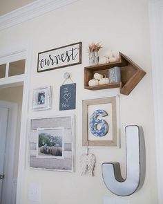 Up your gallery wall game with these 40 amazing gallery wall ideas. Do you need a layout idea for your living room? Or behind your couch? How about in the bathroom? I've got you covered! Collage Mural, Wall Collage Decor, Room Wall Decor, Collage Ideas, Mirror Collage, Inspiration Wand, Beauty Room Decor, Wall Groupings, Small Hallways
