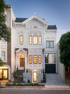 architecture house dream homes exterior 18 Victorian Homes We Love Victorian exterior Rustic Exterior, Exterior Design, Interior And Exterior, Victorian Homes Exterior, Exterior Homes, Townhouse Exterior, Kitchen Interior, Modern Victorian Homes, Victorian Manor