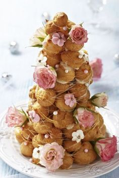 Croquembouche or tower of profiteroles with pink and white flowers for a shabby chic vintage style wedding. Croquembouche, Bolo Macaron, Macaron Recipe, French Wedding Cakes, Unusual Wedding Cakes, Nontraditional Wedding, Cake Wedding, Shabby Chic Wedding Cakes, Wedding Tips