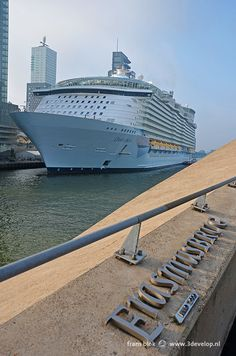 The Oasis of the Seas, largest cruiseship in the world, on its visit to Rotterdam on September 30th, 2014