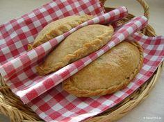 Στην Κύπρο κάνουν παραδοσιακές νηστίσιμες πίτες με σπιτική ζύμη, τις κολοκοτές, με κόκκινη κολοκύθα και πλιγούρι αντί για ρύζι. Cypriot Food, Greek Beauty, Greek Recipes, Pie Dish, Hot Dog Buns, Food To Make, Sweets, Bread, Vegan