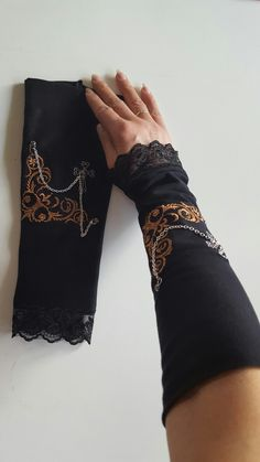 Gothic Handschuhe in Schwarz mit Stickerei und Silberkettchen