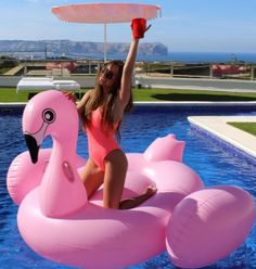 This particular pool backyard is certainly an inspiring and very good idea Dieser besondere Pool Hinterhof ist sicherlich eine inspirierende und sehr gute Idee Foto Flamingo, Flamingo Float, Flamingo Pool, Pool Fotografie, Pool Tumblr, Pool Poses, Summer Poses, Pool Photography, Pool Picture