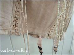 Uiteraard ook brocante voor in je slaapkamer. mooie pastel corsetjes aan de linnenkast op een oude hanger.