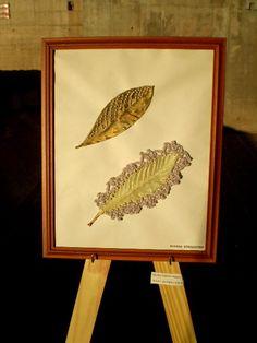 trabajo realizado sobre papel con hojas de níspero pintadas y bordadas.www.crochetvintage.blogspot.com.ar