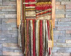 FAIT SUR COMMANDE. Tenture tissée à la main. Fait au Chili avec laine naturelle et bois flotté de Lago Puyehue. Mesures 17, 3 x 32 pouces. Il me faut 3 semaines pour le faire et 3 semaines de plus la livraison.