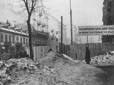 """Entrada do gueto de Varsóvia. A placa diz: """"Área de Quarentena Epidêmica: Permitido apenas o Tráfego Direto."""" Varsóvia, Polônia, fevereiro de 1941."""