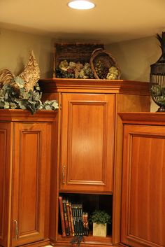 tuscany design above kitchen cabinets - Bing Decorating Above Kitchen Cabinets, Above Cabinets, Kitchen Decor, Kitchen Ideas, Cupboards, Kitchen Vignettes, Kitchen Display, Kitchen Mat, Kitchen Island