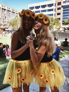 halloween costumes for teens Best Halloween Costumes for BFFs in 2019 so that you Celebrate your Friendship like Never Before - Hike n Dip Cute Group Halloween Costumes, Halloween Costumes For Teens Girls, Couples Halloween, Last Minute Halloween Costumes, Cute Costumes, Halloween College, Halloween Makeup, Teen Costumes, Purim Costumes