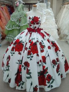 Beautiful floral dress, I don't know where I would wear this but I love it. Evening Gowns, Ball Gowns, Alice In Wonderland Wedding Dress, Strapless Prom Dresses, 15 Dresses, Quinceanera Dresses, Bridal Dresses, Floral Ballgown, Robes Vintage