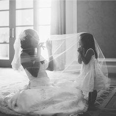 Aproveite a sua daminha de honra para tirar fotos fofas! São momentos que vocês poderão relembrar para sempre! ❤ ❤ ❤  #daminha #dama #wedding #noiva #bride #casamento #photo #happy #friend