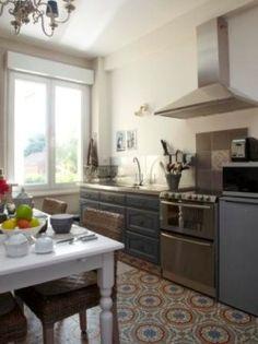"""Dans une maison de ville, composée de trois appartements cosy, """"prêts à vivre""""…"""
