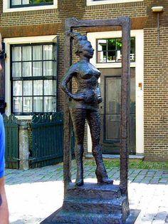 Памятник работнице сексуального труда в Амстердаме. Стоит перед церковью. Прислал сэр Питер Морли.