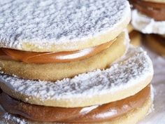 Rich dessert of alfajores of cornstarch for special occasions. The alfajores are a typical Argentine dessert made like a sweet sandwich with a sweet milk filling. You can serve them as dessert or even as a gift. Mexican Food Recipes, Sweet Recipes, Cookie Recipes, Dessert Recipes, Peruvian Desserts, Peruvian Recipes, Argentina Food, Argentina Recipes, Macarons