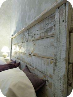 Tête de lit avec bois récupéré (vieille grange ou palette).