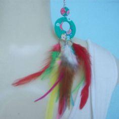 Brinco de penas coloridas artificialmente . R$ 5,00
