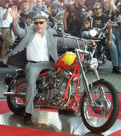 Here's actor Dennis Hopper in the saddle of a customised Harley-Davidson reprising one of his most famous roles, that of Billy in the cult classic film Easy Rider. Dennis Hopper died in May Motos Vintage, Vintage Motorcycles, Vintage Bikes, Custom Motorcycles, Custom Bikes, Cars And Motorcycles, Vintage Cars, Custom Choppers, Easy Rider