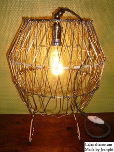 """Lampe de table à l'esprit Recycling-Upcycling """"Transformiste"""" Un modèle peu courant de panier à salade des années 50's à 60's mais fabuleux par ses capacités à se transformer aux grés de vos humeurs du moment. Cette création unique baptisée """"Transformiste""""..."""