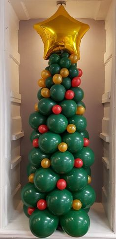 Christmas tree made from balloons Ballon Decorations, Christmas Party Decorations, Christmas Themes, Balloon Tree, Balloon Crafts, Creative Christmas Trees, Diy Christmas Tree, Christmas Balloons, Balloon Arrangements