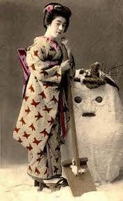 Geisha Eiryu and snowman, late Meiji-era. Japanese Kimono, Japanese Art, Japanese History, Traditional Japanese, Japanese Beauty, Asian Beauty, Yokohama, Era Edo, Photo Japon